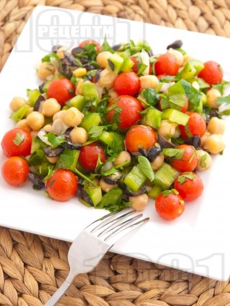 Салата с нахут от консерва, чери домати, зелени чушки и маслини - снимка на рецептата